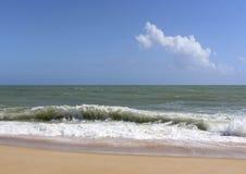 Spiaggia, onde e cielo blu Fotografie Stock