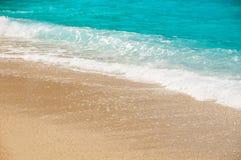 Spiaggia, onde e spiaggia sabbiosa Fotografia Stock