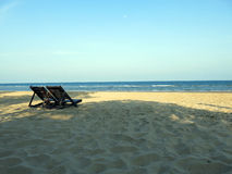 Spiaggia pacifica con il chiaro cielo fotografia stock libera da diritti