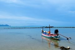 Spiaggia pacifica della Tailandia del sud, isola di Samui lontano in backgro immagini stock