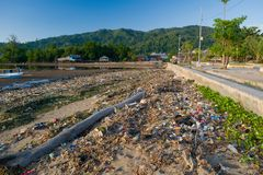 Spiaggia piena di rifiuti di plastica fotografia stock libera da diritti