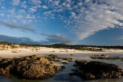 Spiaggia piena di sole scenica immagini stock libere da diritti