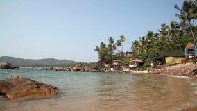 Spiaggia piena di sole tropicale stock footage