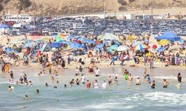 Spiaggia in pieno della gente durante l'alta stagione Fotografia Stock Libera da Diritti