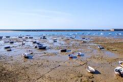 Spiaggia in pieno delle piccole barche, acqua bassa fotografia stock libera da diritti