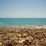 Spiaggia in pieno delle pietre nel Cipro Immagine Stock