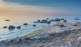 Spiaggia pietrosa del golfo di Riga nel distretto di Kurzeme, Lettonia Immagine Stock Libera da Diritti