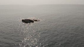 Spiaggia pietrosa di Kalacha in Goa L'India Volo del fuco video d archivio