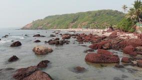 Spiaggia pietrosa di Kalacha in Goa L'India Volo del fuco archivi video
