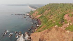Spiaggia pietrosa di Kalacha in Goa L'India Volo del fuco stock footage