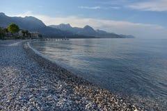 Spiaggia pietrosa E immagini stock