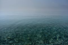 Spiaggia pietrosa E immagine stock
