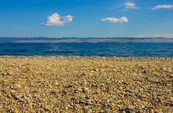 Spiaggia pietrosa e mare blu fotografia stock libera da diritti