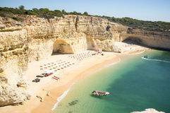Spiaggia pronta a rilassarsi i turisti a Praia da Marinha Fotografie Stock
