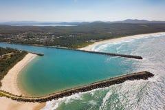Spiaggia protetta da Breakwalls Fotografia Stock Libera da Diritti