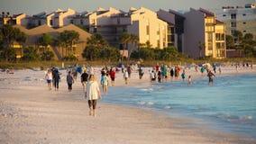Spiaggia pubblica chiave di siesta sul tramonto archivi video