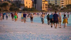 Spiaggia pubblica chiave di siesta sul tramonto stock footage
