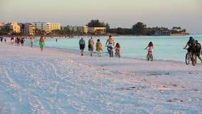 Spiaggia pubblica chiave di siesta sul tramonto video d archivio