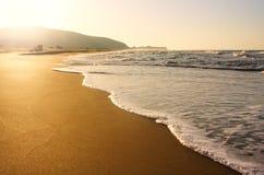 Spiaggia pura della spiaggia sabbiosa in sole di mattina Fotografie Stock Libere da Diritti