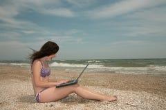 Spiaggia, ragazza & computer portatile Fotografia Stock Libera da Diritti