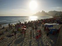 Spiaggia Rio de Janeiro Brazil Sunset Crowd di Ipanema Immagine Stock