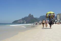 Spiaggia Rio de Janeiro Morning Scene di Ipanema del venditore del bikini fotografia stock libera da diritti