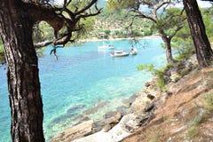 Spiaggia rocciosa con i pescherecci sull'isola di Thassos Immagini Stock Libere da Diritti