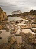 Spiaggia rocciosa con i raggruppamenti Immagine Stock Libera da Diritti