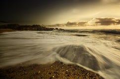 Spiaggia rocciosa con i toni di colore caldo Fotografia Stock Libera da Diritti