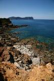 Spiaggia rocciosa con le scogliere Fotografie Stock