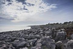 Spiaggia rocciosa della bocca di inferno, cascais Portogallo immagine stock libera da diritti