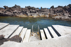 Spiaggia rocciosa dello stagno con le scale in Biscoitos Isola di Terceira Azor Immagine Stock