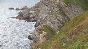 Spiaggia rocciosa in Dorset vicino alla porta di Durdle stock footage