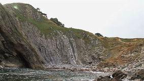 Spiaggia rocciosa in Dorset vicino alla porta di Durdle archivi video