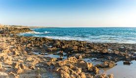 Spiaggia rocciosa nel Cipro Immagini Stock Libere da Diritti
