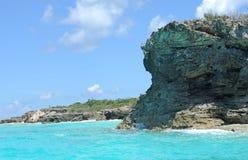 Spiaggia rocciosa nella regolazione tropicale scenica Fotografia Stock
