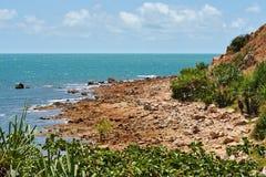 Spiaggia rocciosa selvaggia Fotografia Stock Libera da Diritti