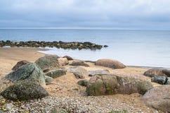 Spiaggia rocciosa sul golfo di Finlandia L'Estonia Fotografia Stock Libera da Diritti