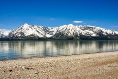 Spiaggia rocciosa sul lago della montagna immagine stock libera da diritti