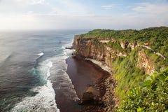 Spiaggia rocciosa vicino al tempiale di Ulawatu Fotografie Stock Libere da Diritti