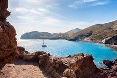 Spiaggia rossa sull'isola di Santorini, Grecia Fotografie Stock