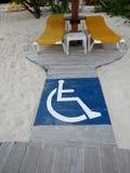 Spiaggia sabbiosa con accesso disabile fotografia stock libera da diritti