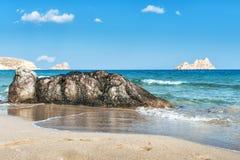 Spiaggia sabbiosa con le pietre su una priorità alta sull'isola di Creta, Grecia Fotografia Stock Libera da Diritti