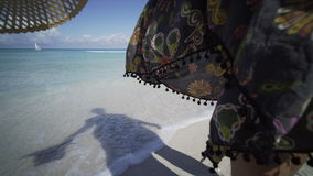 Spiaggia sabbiosa con restare ragazza video d archivio