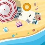 Spiaggia sabbiosa con un ombrello e gli accessori della spiaggia Vista superiore Immagini Stock Libere da Diritti