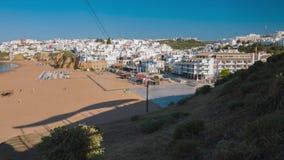 Spiaggia sabbiosa dell'Oceano Atlantico nella città Albufeira del Portogallo archivi video