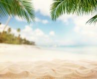 Spiaggia sabbiosa di estate con l'oceano della sfuocatura su fondo Fotografia Stock Libera da Diritti