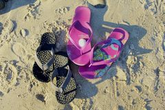 Spiaggia sabbiosa di Flip-flop Fotografia Stock Libera da Diritti