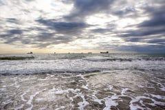 Spiaggia sabbiosa di tramonto sulla costa atlantica sui soli Immagine Stock Libera da Diritti