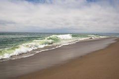 Spiaggia sabbiosa a distanza del sud dell'oceano di California Immagine Stock Libera da Diritti